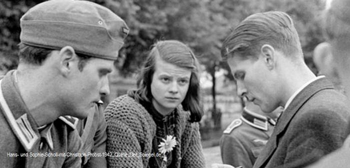 Hans-und-Sophie-Scholl-mit-Christoph-Probst-1942_Quelle_Der_Spiegel